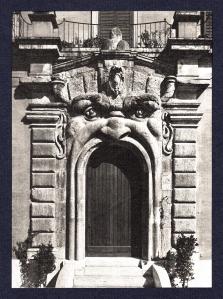 portone di Palazzo Zuccari a Roma 1500