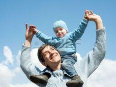 6736558-un-figlio--seduto-sulle-spalle-del-suo-pap-mentre-si-cammina-di-fuori-di-fronte-il-cielo-blu