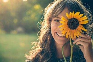 donna-sorridente-e-girasole
