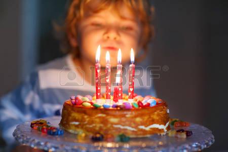 38354993-adorable-quattro-anni-ragazzo-festeggia-il-suo-compleanno-e-soffiando-candeline-sulla-torta-cotta-fa
